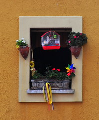 Ventana de Cimadevilla (Lagavulin2) Tags: espaa flores primavera spain gijn asturias colores ventanas cimadevilla 2009 macetas asturies xixn flaga d90