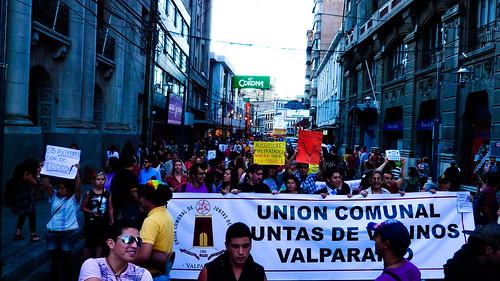Marchando frente al Municipio