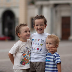 (paolomezzera) Tags: family summer portrait game boys water children torino play smiles guys ritratto piazzasancarlo sons canonef85mmf18 paulmezzer