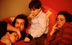 (Marine - D) Tags: family famille portrait playing game color film colors analog fight child couleurs group young grimace fighting enfant groupe couleur argentique jeu jeune dispute pellicule 24x36