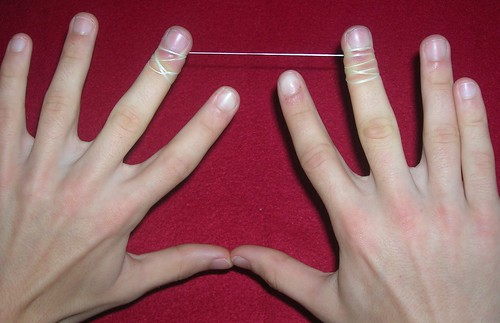 La cinta preparada. Los dedos pulgares e índices quedan disponibles para manejarla cinta dentaldentro de la boca