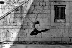 Bich a boucl (@ntomarto) Tags: antomarto ntomarto italia italy ritmica ginnasticaritmica bichaboucl cervoflesso salto jump bw biancoenero blackandwhite sport urban urbano finestra window
