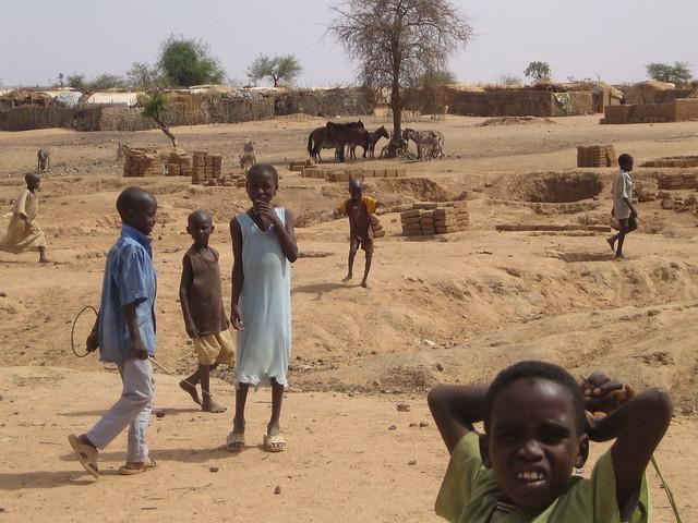 Production of bricks at Farchana refugee camp - fabrication de brique au camp de réfugiés de Farchana