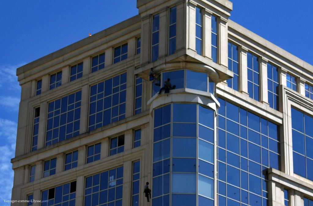 Les spécialistes du nettoyage des façades d'immeubles sont d'authentiques cascadeurs