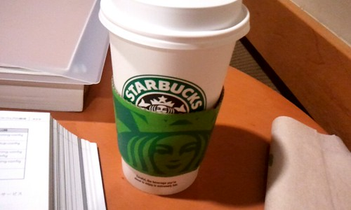 スタバで勉強なう。ドリップコーヒーのグランデにしたら想像以上のデカさと溢れんばかりの量に、俺涙目( ゚д゚)ノ