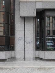 Die Pflanze. / 29.08.2016 (ben.kaden) Tags: berlin berlinmitte jägerstrase architekturderddr architektur russischeshaus detail 1984 2016 29082016