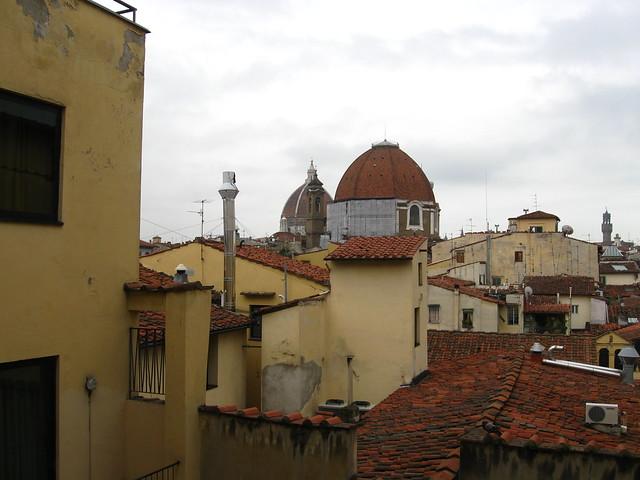 フィレンツェの街の屋根の眺めのフリー写真素材