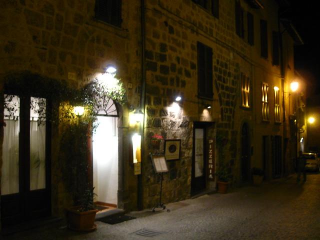 夜のオルヴィエートの街のフリー写真素材