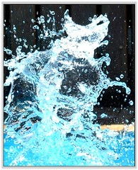 Obra de arte... por acaso... / Work of art ... by chance (Marina Linhares) Tags: blue art water água azul arte balloon balão splash respingo bestcapturesaoi mygearandme dblringexcellence