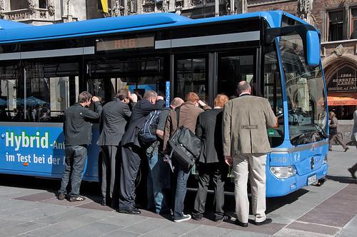 Gespannte Blicke in das Innere des neuen Busses
