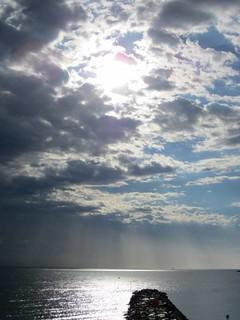 Aube Au-Dessus De La Mer Après Une Nuit De Pluie