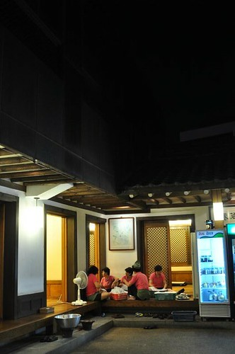 Waitresses Folding Napkins, Haeundae Amso Galbi Jib (Rib House), Haeundae, Busan, South Korea (DH10/DHK)