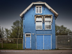 Blue House (Pieter Musterd) Tags: door blue windows house window photoshop canon fence eos blauw raw doors nederland thenetherlands surreal front bleu ramen 5d porte blau huis surrealistic tr friesland raam deur leeuwarden hek cs4 deuren surrealistisch voorgevel zonwering markiezen canoneos5dmarkii pietermusterd colorefexpro30 photoshopcs4 5dmarkii harlingertrekweg flickraward mezenhuisje