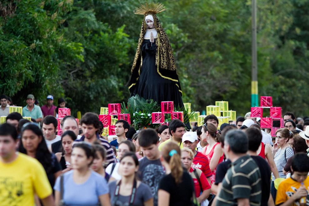 El público acompañó a la Virgen en su peregrinar de aproximadamente 3 kilómetros, hasta llegar al predio donde seguiría un show realizado por Koki Ruiz y otros participantes de San Ignacio y Asunción. (Tetsu Espósito - San Ignacio, Paraguay)