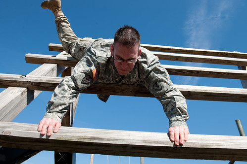 Soldiers compete in obstacle course