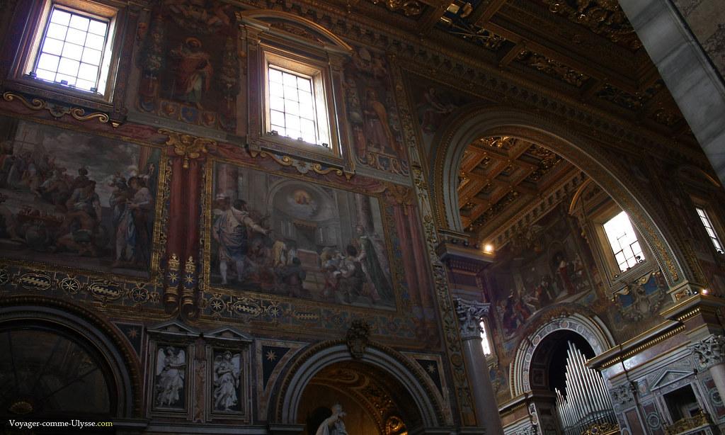 Le transept, œuvre architecturale de Giacomo della Porta, avec des tableaux et des fresques des plus grands talents maniéristes de la fin du XVIe siècle