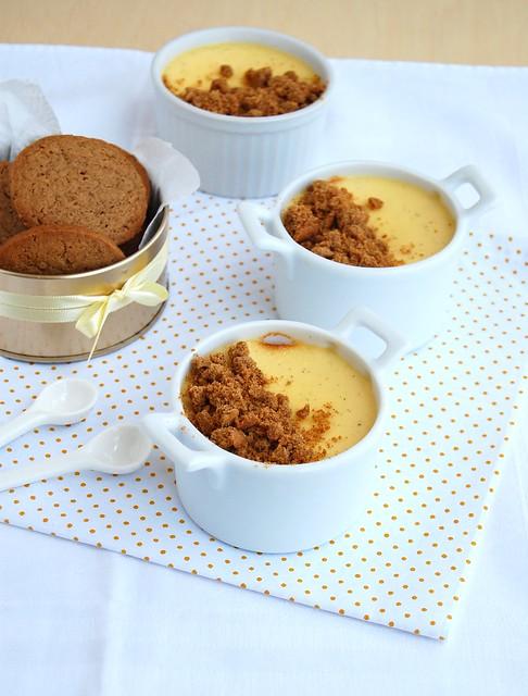 Vanilla flan with gingerbread crumbs / Flan de baunilha com farofinha de gingerbread