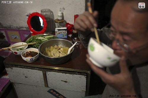 3月30日晚,哈尔滨,郭伟明家里简单的晚餐。两个孩子上学的费用一年要4万元,他们一年的收入刚够供孩子上学,夫妻俩为此一直省吃俭用。