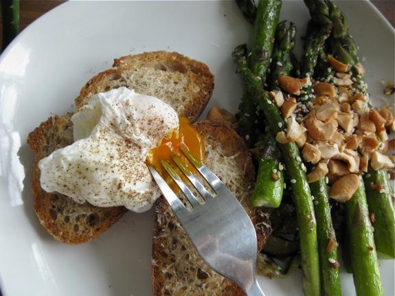 poached egg asparagus cashews sesame 002