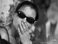 Pensamiento entre unas gafas de sol (By  Jess Jimnez) Tags: people byn portugal canon photography jc braga jess robados repblicaportuguesa 450d canon450d canoneos450d kdds n309 kddsvigo jessjimnezcarceln estradanacional309 jessjcphotography
