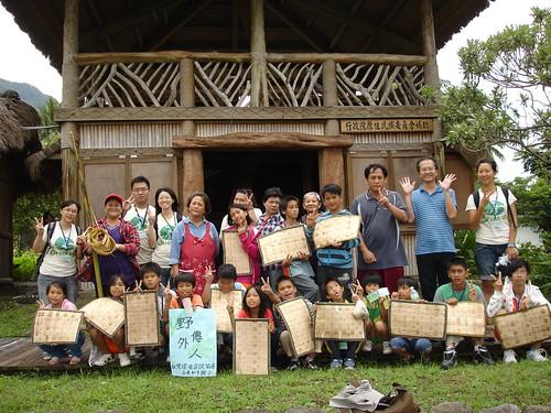 參與活動的孩子在都歷部落前的大合照