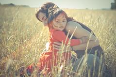 [フリー画像] 人物, 親子・家族, 子供, 草原, チリ人, 201103290700