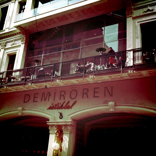 <span>istanbul</span>Un bar sul balcone? Perché no!<br><br><p class='tag'>tag:<br/>design | istanbul | luoghi | </p>