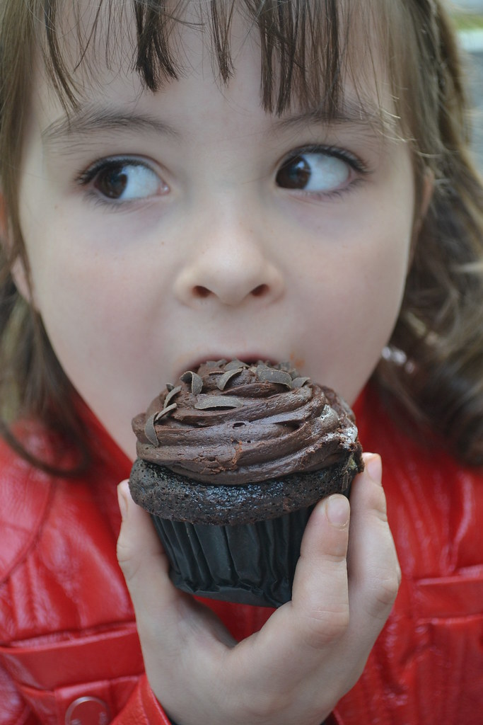 girl_eating_cupcake