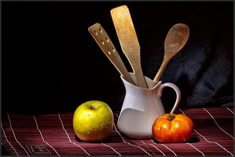 Las cucharas de madera, el tomate y la manzana (un título original)