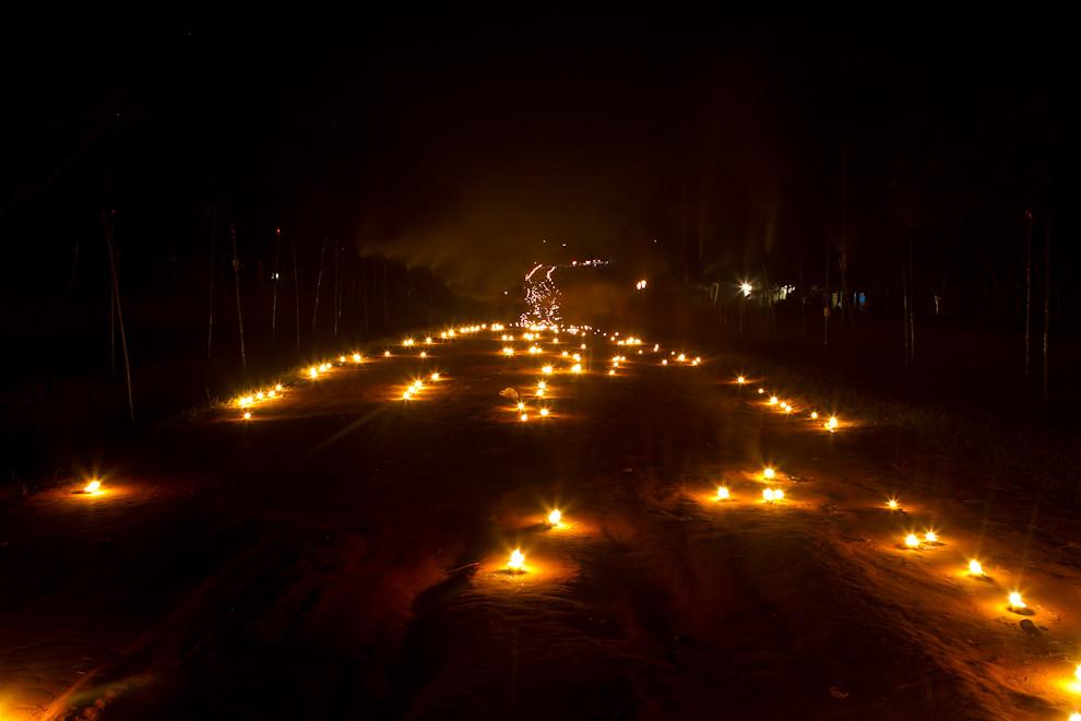 El camino iluminado con miles de velas, en las primeras horas de la noche del Viernes Santo. (Tetsu Espósito - San Ignacio, Paraguay)