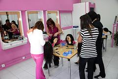 En la imagen se muestra a un grupo de alumnas del módulo de peluquería haciendo prácticas en el taller de peluquería.