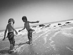 Niels et Adan a la plage de Somone, SENEGAL