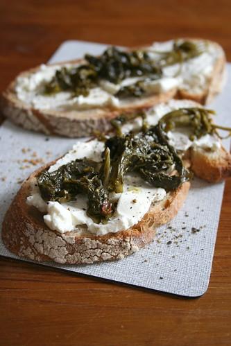 Frischkäse-Brot mit neapolitanischem Broccoli