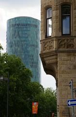Frankfurt, Wiesenhüttenstraße, Blick zum Westhafen-Tower (das Gerippte) (HEN-Magonza) Tags: frankfurt wiesenhüttenstrase westhafentower geripptes hochhaus highrisebuilding gutleutviertel hessen hesse deutschland germany wolkenkratzer skyscraper
