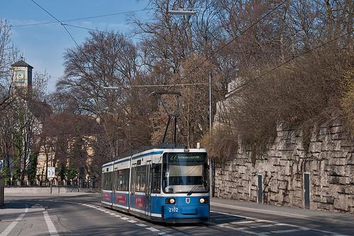 Wagen 2102 erklimmt mühelos den Nockherberg und fährt gleich am Paulanergarten vorbei