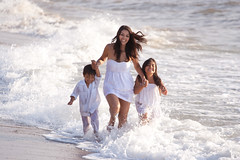 La familia en la playa (Shuuyy) Tags: family portrait playing beach familia kids mom puerto los retrato altas playa vallarta muertos olas espuma
