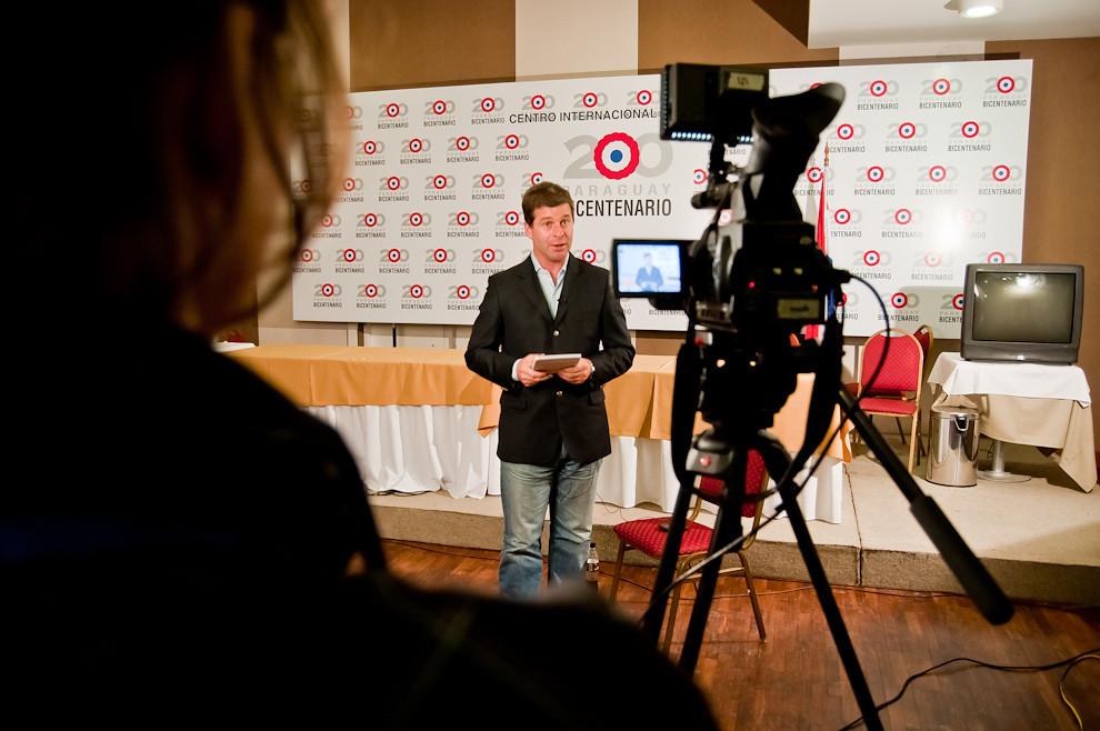Varios medios internacionales dieron cobertura a los festejos del Bicentenario. TeleSUR fue el único medio televisivo internacional que dió cobertura -in situ- a las fiestas patrias. (Elton Núñez - Asunción, Paraguay)