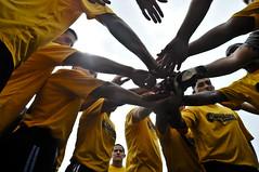 サッカーチームのメンバーがベクトルを勝利にあわせている