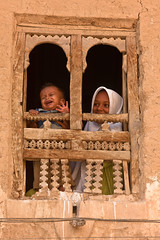 children looking out a window in Seiyun-Hadramawt-yemen (anthony pappone photography) Tags: travel barn canon children child bambini expression hijab arab arabia childrens yemen enfants crianças tradicion barna arabs 儿童 arabo yemeni 子供 الأطفال hadramaut yaman дети 兒童 arabie bambine hadramawt childrentravel losniños arabiafelix arabieheureuse حضرموت اليمن arabianpeninsula seiyun portraitsofchildren wadidoan hadramout hadramaout يمني बच्चे 也門 wadihadramawt йемен wadihadramout almukallah yemenpicture yemenpictures eos5dmarkii barnamyndataka यमन hadramuot childrenbestphotos barnaljsmyndari barnamyndat 哈德拉毛 ハドラマウト