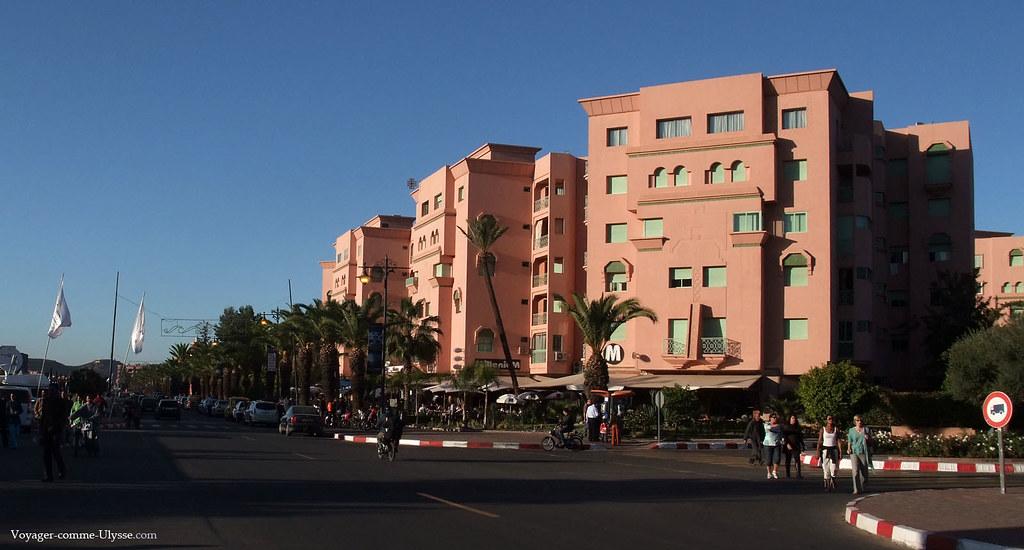 Les palmiers bordent les larges avenues, avec leurs beaux immeubles tout neufs