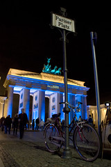 Be Berlin (Reina Ca) Tags: berlin germany brandenburggate bicicleta alemania bluelight foreground bycicle pariserplatz berln primerplano luzazul puertadebrandenburgo canon450d tamron18270 reinaca