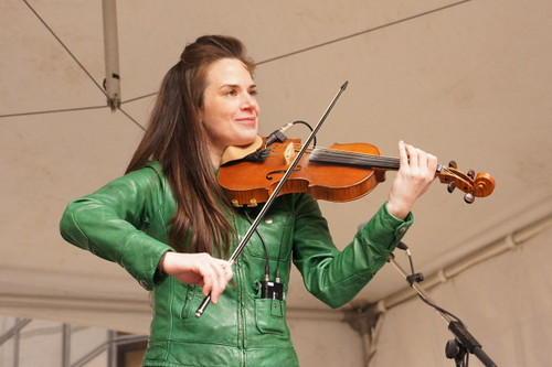 Stephanie Cadman, Fiddler / Step Dance Champion. CelticFest 2011 Vancouver Irish Celebration (15 bis 20 März) und St. Patrick 's Day Parade