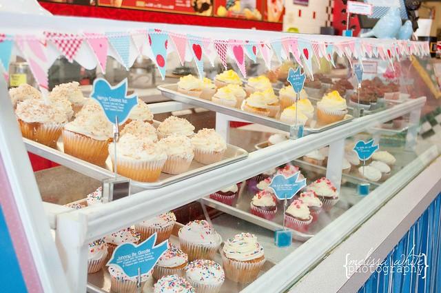 on a lark cupcake shoppe fb-0246