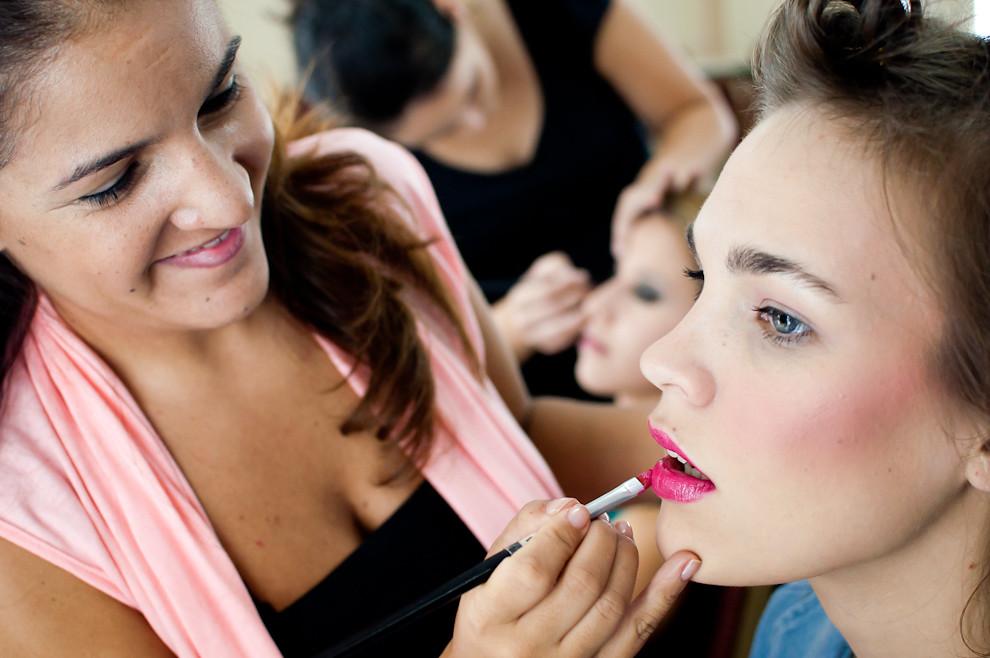 El personal de Oscar Mulet trabajó arduamente maquillando a las modelos para el desfile de la marca Kalua correspondiente al viernes 8 de Abril. (Elton Núñez - Asunción, Paraguay)