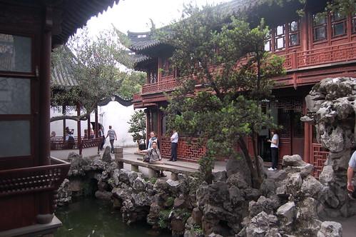 Blick auf den Platz vor dem Teehaus im Yuyuan Garten.