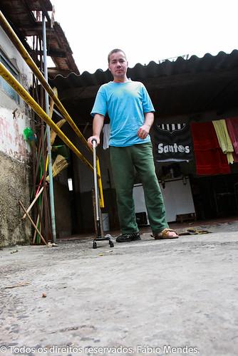Marcelo Molina caminha com dificuldade com a sua bengala