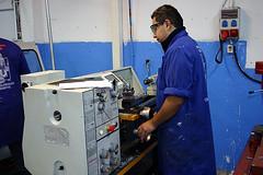 En la imagen se muestra a un alumno del PCPI en uno de los talleres del centro manejando una máquina.