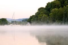 der Rhein (izoll) Tags: wasser nebel outdoor sony fluss rhein morgen spiegelung rheinhessen spiegelungen ruhe morgendmmerung morgenstimmung morgendunst derrhein heidenfahrt nebelstimmung alpha580 izoll nebeldunst