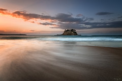 Du Guesclin (Tony N.) Tags: bretagne illeetvilaine saintcoulomb duguesclin île waves vagues mouvement sunset coucherdesoleil nuages clouds orange blue bleu sea mer flux flow archive saintmalo sable sand d300s sigma1020 vanguard nd64 tonyn tonynunkovics plage beach rivage océan littoral eau water côte coast ciel sky paysage seascape extérieur