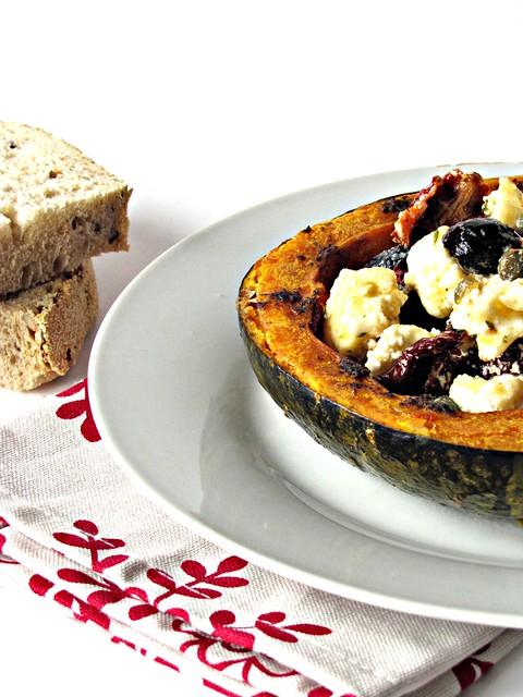 Insalata Tiepida di Zucca al Forno con Pomodori Secchi, Olive Nere, Capperi e Buche de Chevre